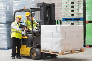 Externe Fachkraft für Arbeitssicherheit unterweist Gabelstaplerfahrer